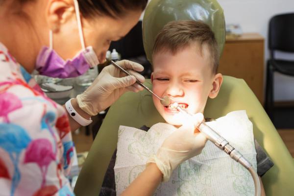 bé hay nghiến răng